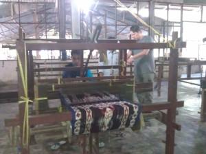 Proses pembuatan benang dijadikan kain, yg kemudian hasilnya tenun ikat