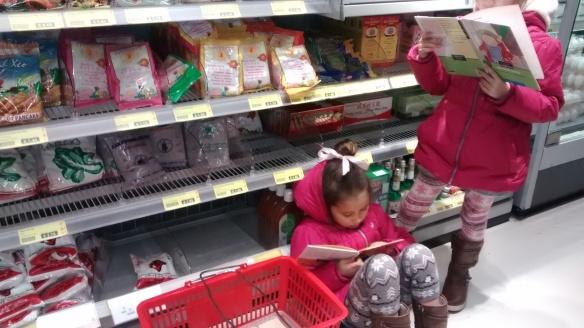 Tetap membaca di dalam toko, sementara aku berbelanja